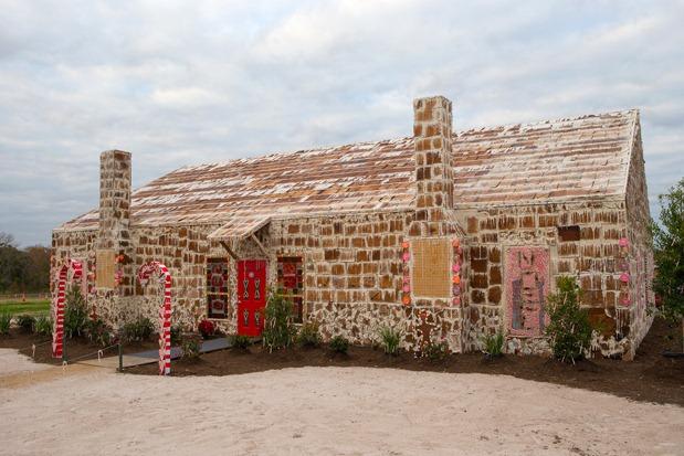 World s largest gingerbread house - Photo de la plus grande maison du monde ...