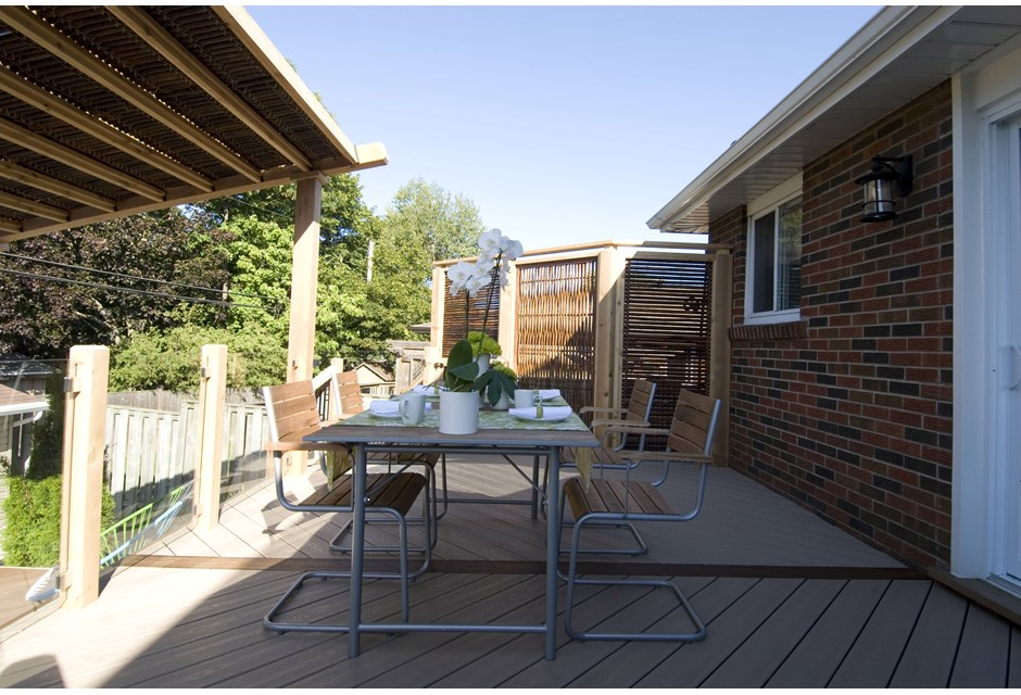 Bamboo screens add privacy to outdoor dining photos for Outdoor privacy screen canada