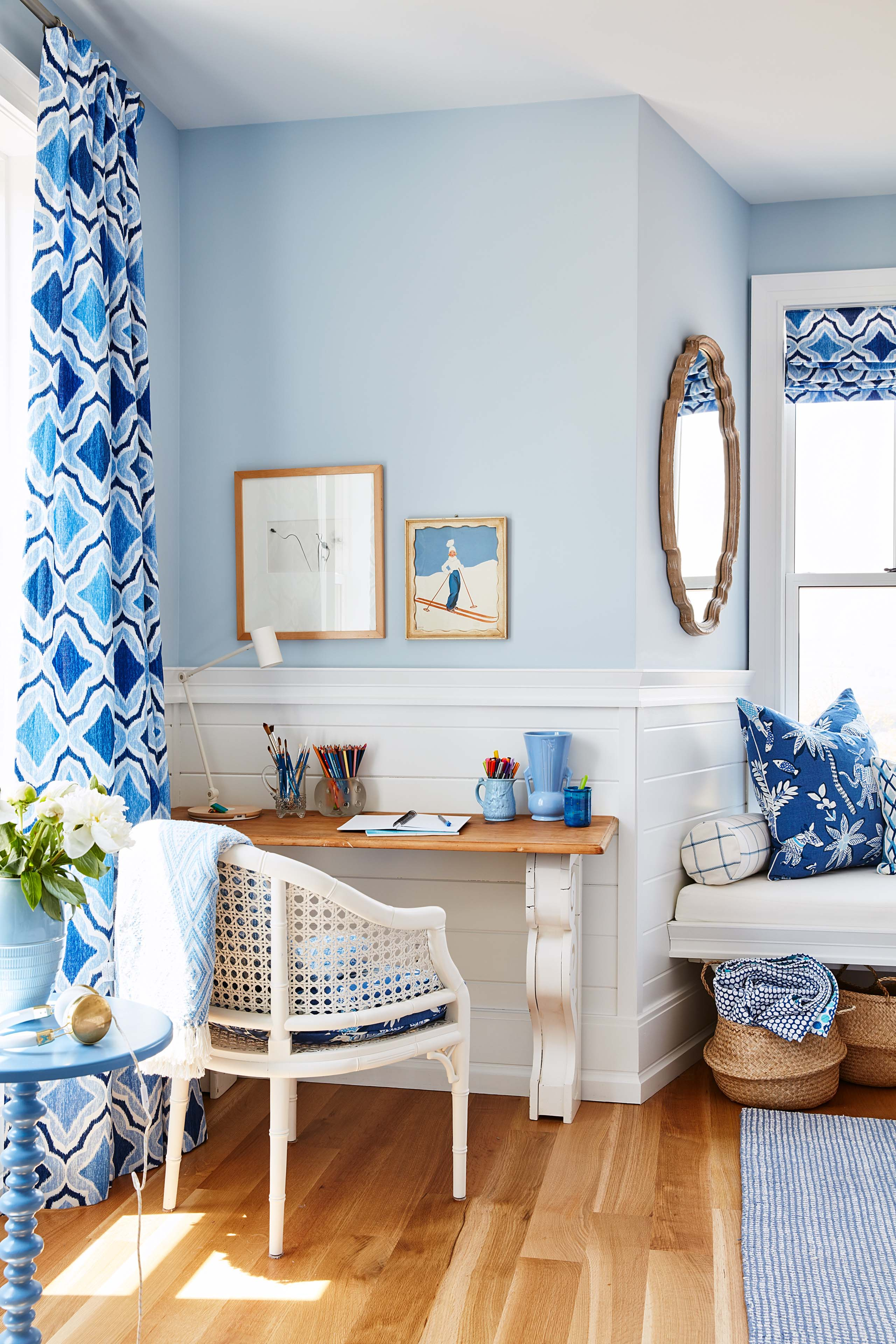 Multiple blues in bedroom by #SarahRichardson with bold prints. #blueandwhite #windowseat